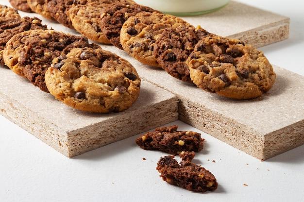 나무 바닥에 초콜릿 만두. 흐리게하는 초콜릿 쿠키의 조각.