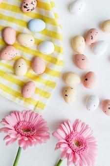 초콜릿 부활절 달걀과 핑크 거베라 플랫레이