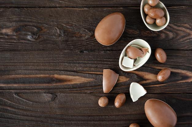 Шоколадные пасхальные яйца на фоне woden с копией пространства