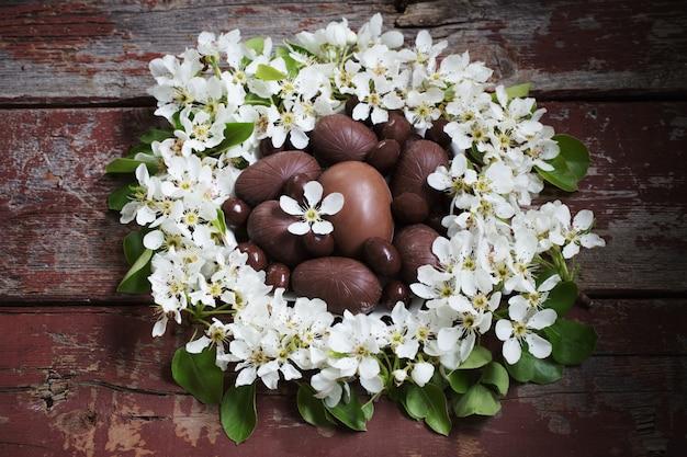 봄 꽃 나무 배경에 초콜릿 부활절 달걀