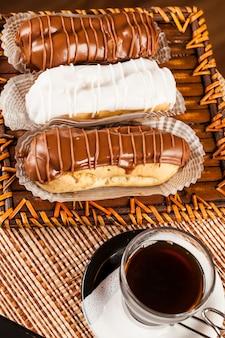 チョコレートフィリングとお茶のカップとチョコレートエクレア