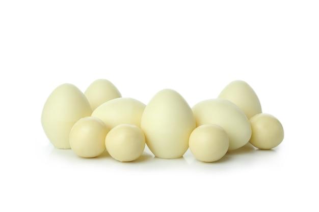 Шоколадные яичные конфеты, изолированные на белой поверхности