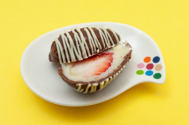 Шоколадное яйцо кокосовое, фаршированное клубникой