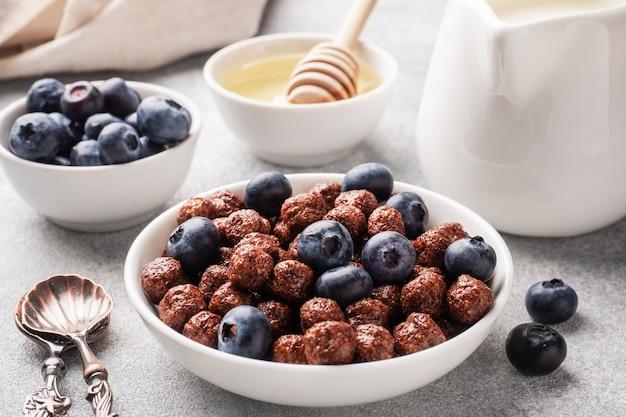 新鮮なブルーベリー、蜂蜜、牛乳を使用した自然の穀物から作られたチョコレートフレーク