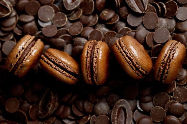 Французские макароны со вкусом шоколада в пекарне.