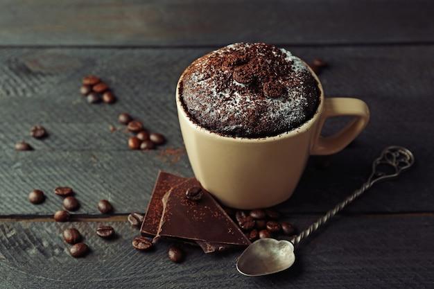 木製のカップにチョコレートフォンダンケーキ