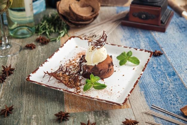 Шоколадная помадка с мороженым, мятой и гарниром