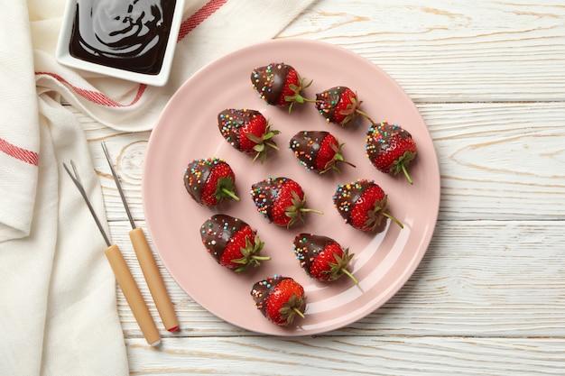 초콜릿 퐁듀. 흰색 나무 바탕에 초콜릿 딸기
