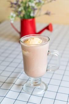 바닐라 아이스크림과 초콜릿 프라페