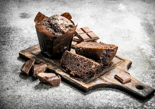 Шоколадные свежие кексы.