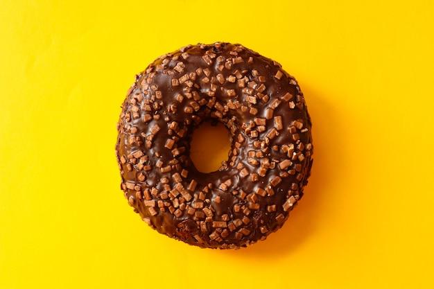振りかけたチョコレート艶出しドーナツ