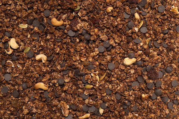 Шоколадные хлопья мюсли с фоном орехов. вид сверху.