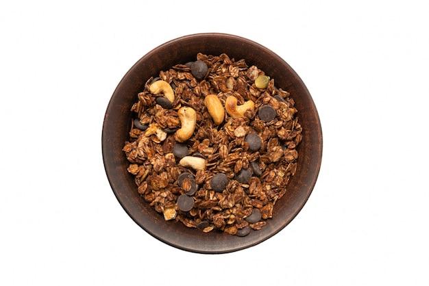 ボウルの表面にナッツが入ったチョコレートグラノーラシリアル