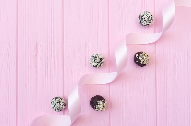 핑크 나무 테이블에 초콜릿 수제 사탕