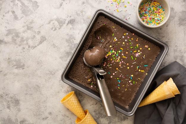 Шоколадное полезное мороженое или сорбет из веганского молока, банановых денег и шоколада. скопируйте пространство.