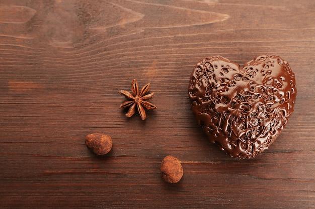 木製の背景にチョコレートの心、クローズアップ
