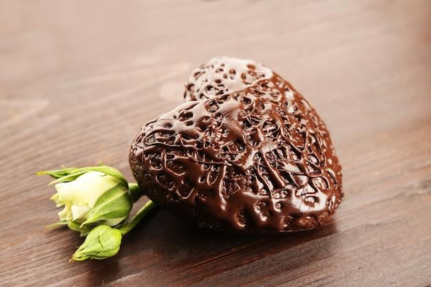나무 테이블에 초콜릿 하트를 닫습니다.