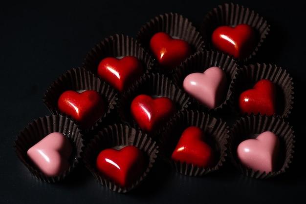 Шоколадные конфеты в форме сердца на подарок ко дню всех влюбленных