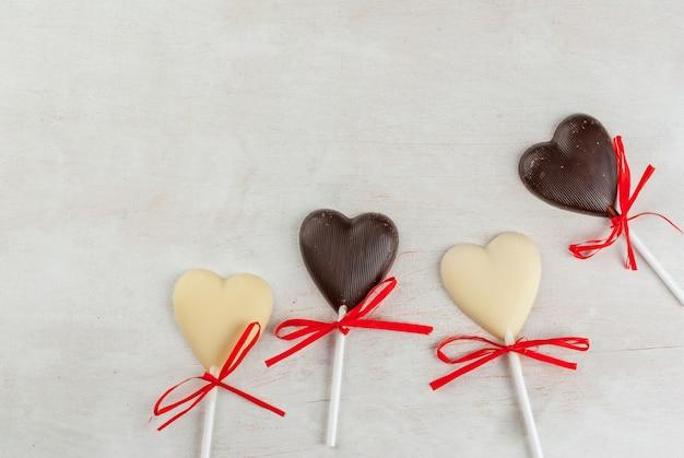 Конфеты шоколадные сердца на белом столе
