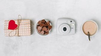 チョコレートハート、プレゼントボックス、カメラ、飲み物のカップ