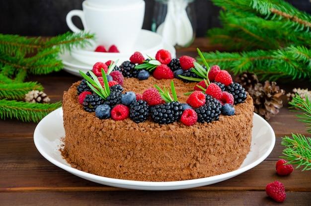 Шоколадно-медовый торт со сливками и свежими ягодами сверху