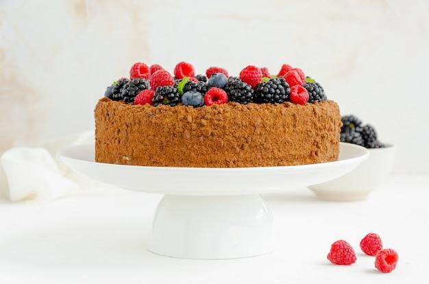Шоколадно-медовый торт со сливками и свежими ягодами