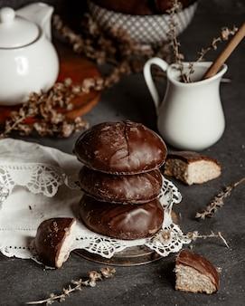 白い透かし彫りテーブルクロスにチョコレート蜂蜜ジンジャーブレッドクッキー