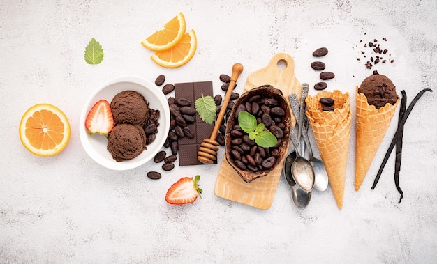 白い石のボウルのセットアップでチョコレートアイスクリームの味。