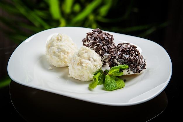 白い皿にチョコレートアイスクリーム