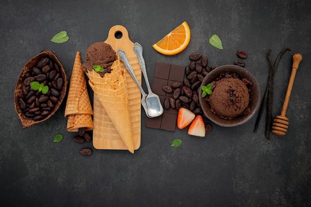 Шоколадное мороженое с ингредиентами на бетонном столе