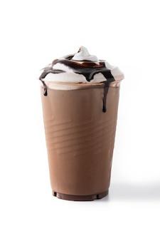 Шоколадный молочный коктейль со льдом, изолированные на белой поверхности