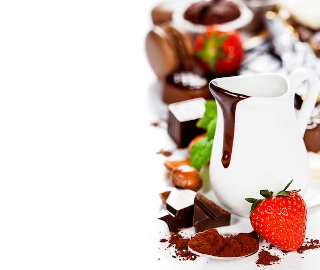 흰색 항아리와 초콜릿 조각에 초콜릿