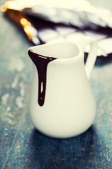 흰색 항아리에 초콜릿