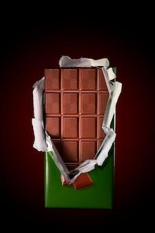 開いたカバーとバーのチョコレート