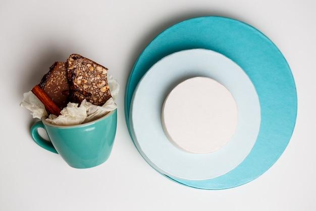 Шоколад в чашке и коробках на белом