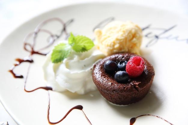 チョコレート溶岩ケーキとベリーとアイスクリーム