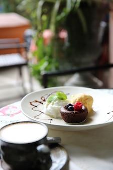 초콜릿 용암 케이크와 딸기 아이스크림