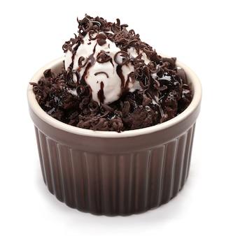アイスクリームとチョコレート溶岩ケーキ、白い表面で分離