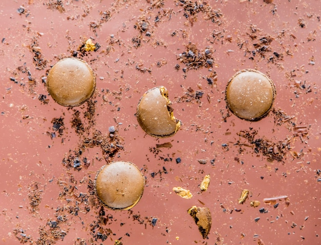 분홍색 표면에 초콜릿 마카롱과 부스러기. 보기 위