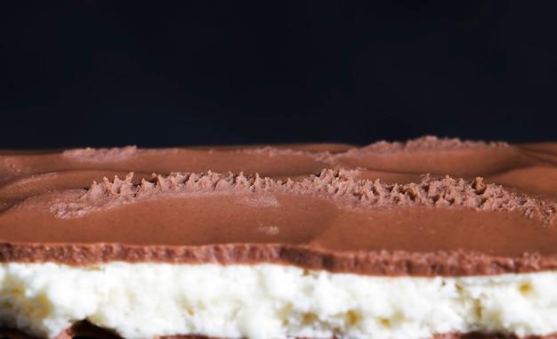 Шоколад из какао и сухого молока, крупный план шоколадных изделий из какао и других ингредиентов со сладкой кокосовой начинкой
