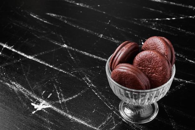 Biscotti di marshmallow al cioccolato in tazza di vetro.