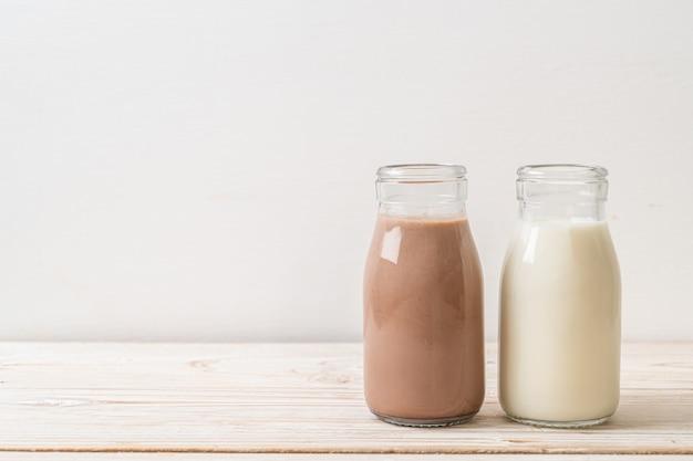 Шоколадное молоко и свежее молоко в бутылке
