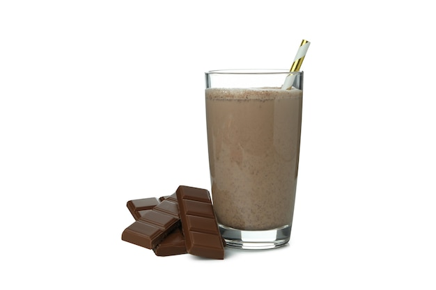 흰 벽에 고립 된 초콜릿 밀크 쉐이크와 초콜릿 조각