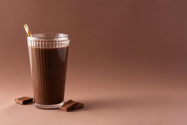 Шоколадный молочный коктейль на коричневом фоне