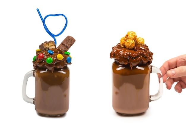 ガラスのメイソンジャーで提供されるホイップクリーム、クッキー、ワッフルとチョコレートミルクセーキ。 「フリークまたはクレイジー」の甘いシェイク。孤立。テキストやデザインのためのスペース。