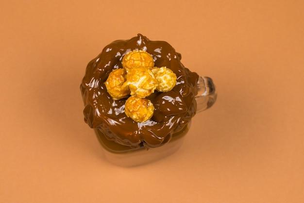 ガラスのメイソンジャーで提供されるホイップクリーム、クッキー、ワッフルとチョコレートミルクセーキ。 「フリークまたはクレイジー」の甘いシェイク。テキストやデザインのためのスペース。