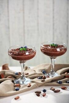 木製の背景に新鮮なベリーとチョコレートムース
