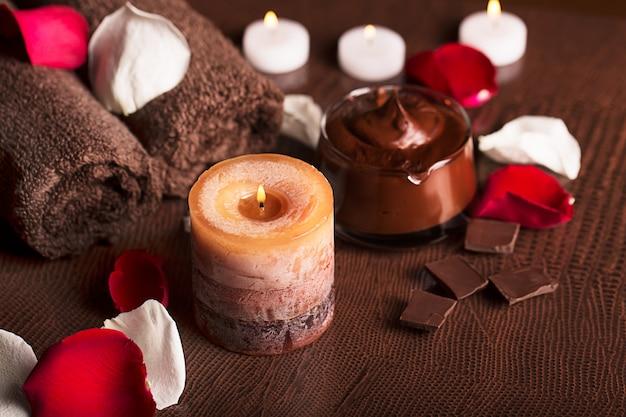 チョコレートの泥パック、バラの花びら、キャンドル、タオル