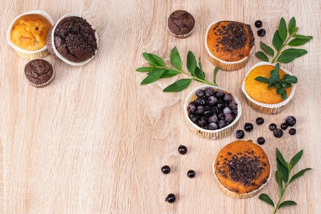Шоколадный маффин и ореховый маффин, домашняя выпечка на темном фоне.