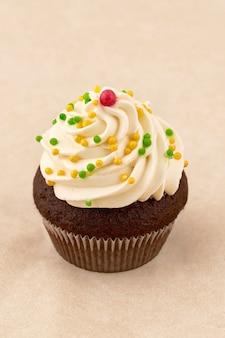 マシュマロクリーム入りチョコレートマフィンケーキ。明るい背景、垂直フレームにクローズアップ